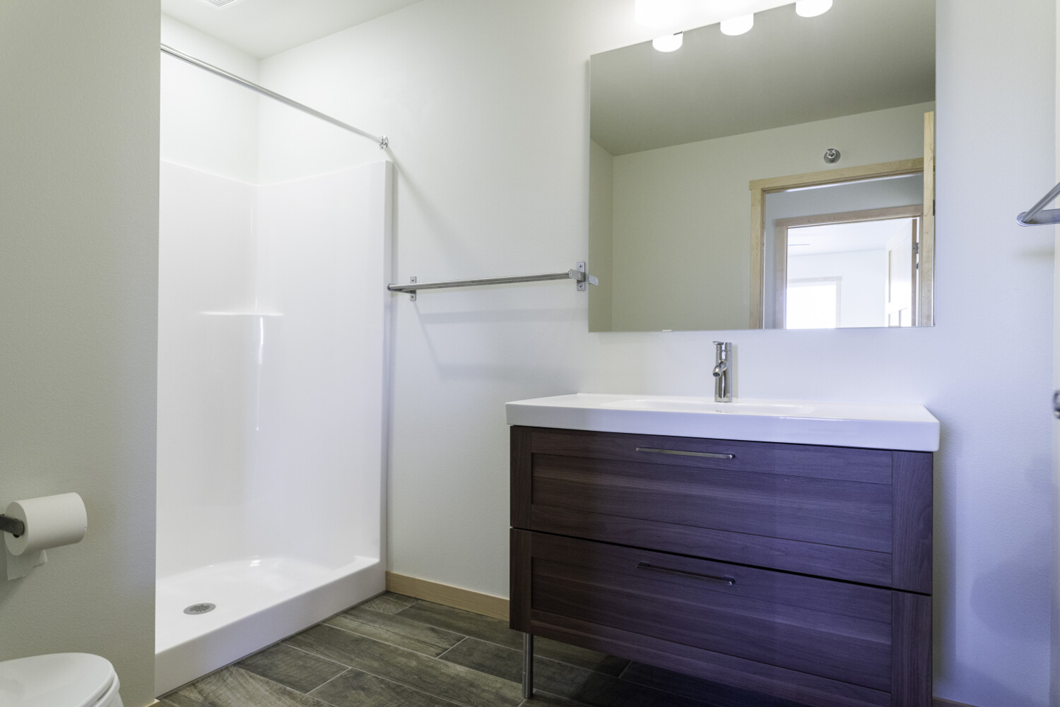 center-unit-spare-bathroom-2