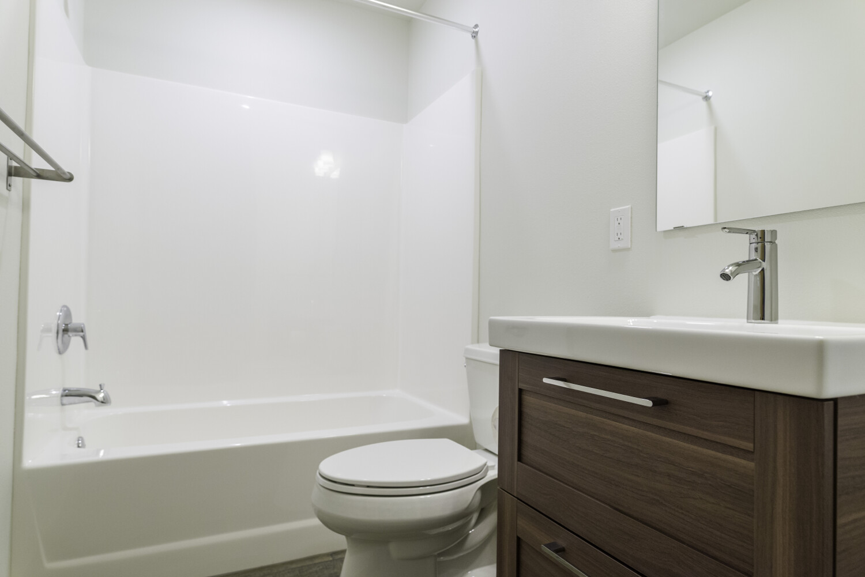 end-unit-master-bathroom
